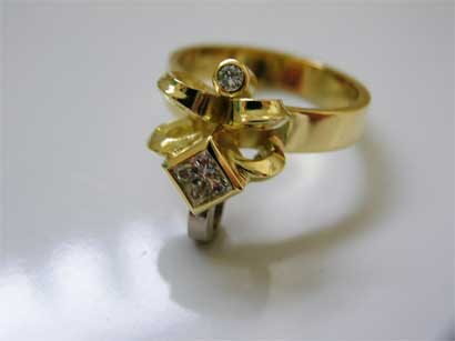 Liliring, 18ct gold ring set with princess and round diamond